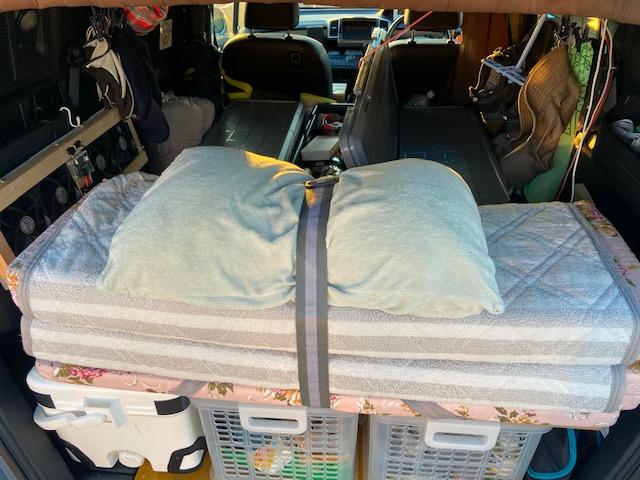 羽毛布団と毛布はRVボックスとスライドドアの間に収納します