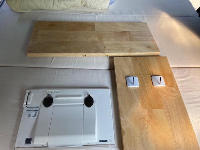 ベッドサイドテーブルとテレビ壁掛け
