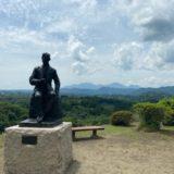 天守台近くには滝廉太郎の銅像と背後には百名山九重連山