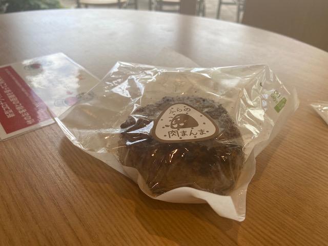 富良野名物肉まんまはご飯をハンバーグのパテで包んだ感じで美味しかったです
