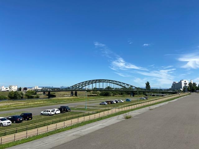写真スポットの北海道3大名橋の旭橋も公園から見えます