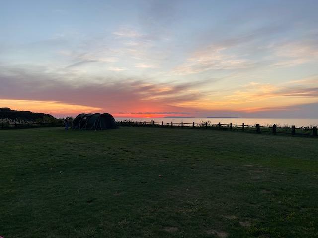 海に沈む夕陽をながめながら今日は終わりです