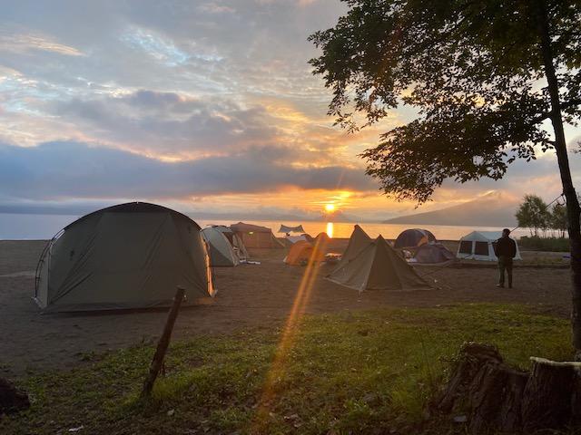 支笏湖に昇る朝日を眺めます、今日は晴れです