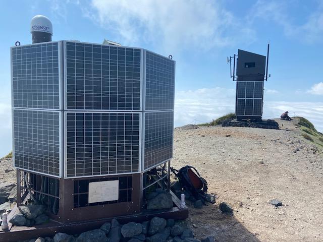 西山の頂上には火山活動や地形の変化を観測する機械が設置されてます