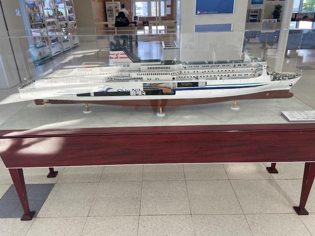 待合室の今日乗る船の模型です