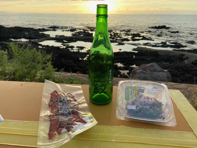 昨日買ったしぼりたて「王紋」と鮮魚センターで買ってきたつまみで夕陽を見ながら一杯