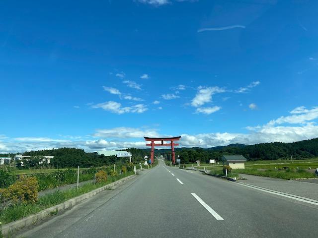 鶴岡市から羽黒山を目指して行くと道路に鳥居が見えてきます