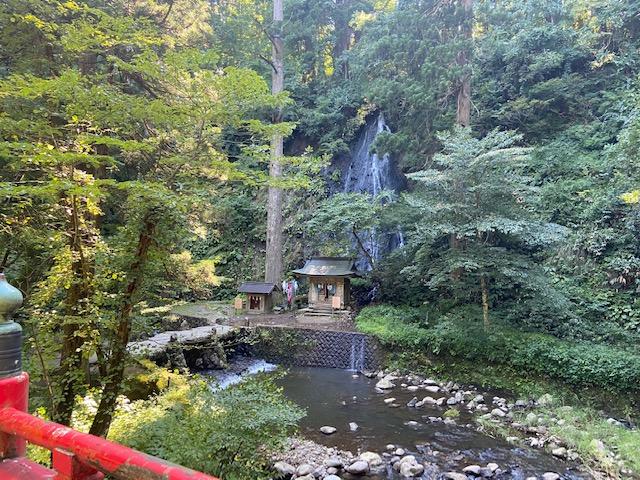 途中にお社が沢山あります、ここは須賀の滝です