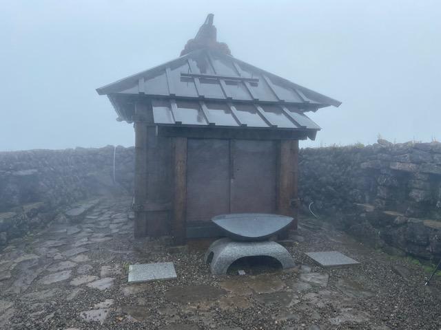 月山神社も売店もこんな感じで閉鎖されてました