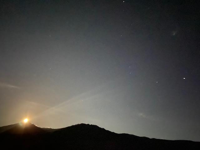 鳥海山に登る月を見ながら一緒になった方々の楽しい話を聞いて今日が終わります