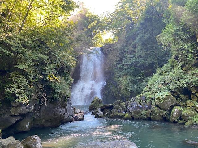 神社の境内から階段で川に降りると奈曽の白滝に到着
