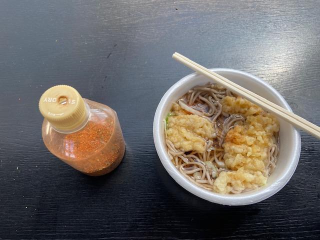 今日の昼ごはんは40年ぶりに食べる250円の天ぷらそばです