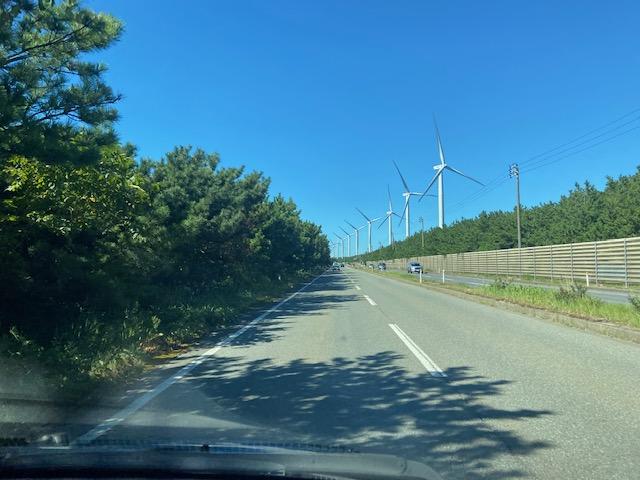 風車が連続して続く道を男鹿半島方向へ