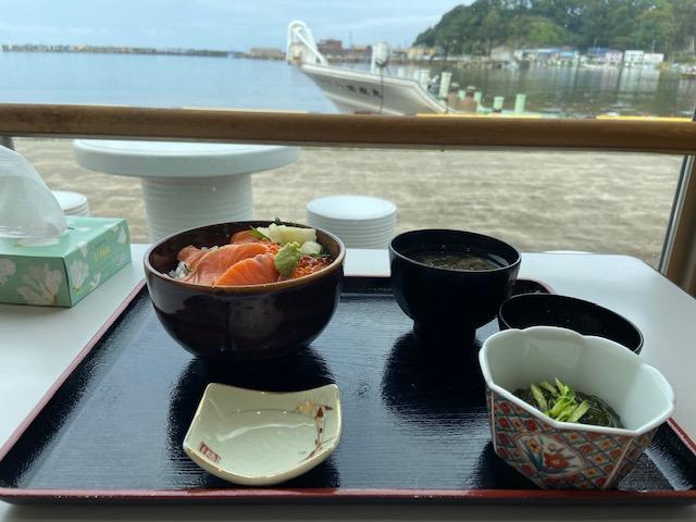 ラーメンも美味しいらしいですが今日は日替わり海鮮丼800円にします