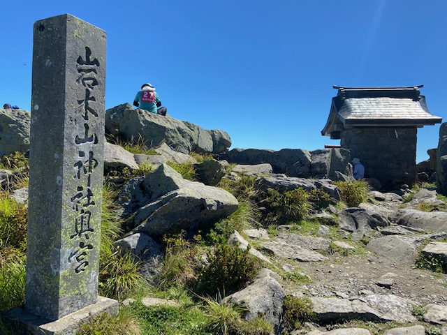 岩木山神社奥社にお参りして下山します