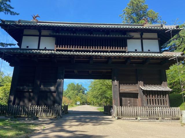 弘前城は当時の建物が多く残っている