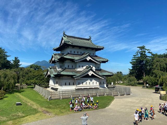 今日の弘前城はどこに行っても小学生でいっぱいです