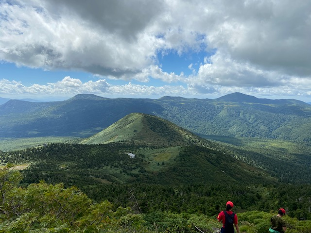 八甲田連峰の他の山が下に見えてきました