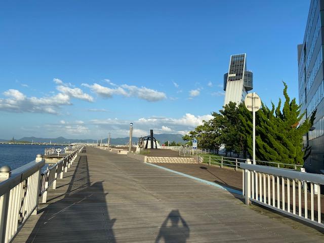 海沿いの遊歩道は青い海公園に続いてました