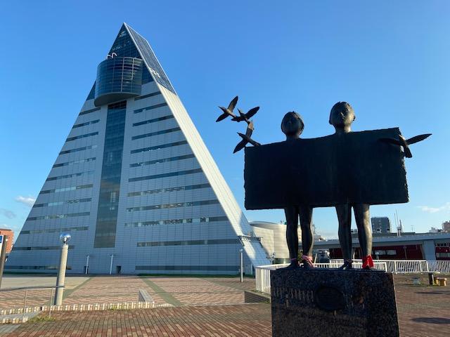 「赤い絲」のモニュメントと観光物産館アスパム