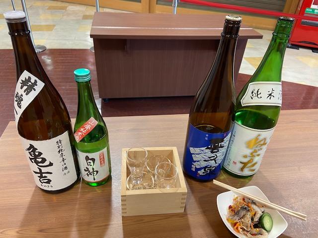 飲み比べセットとつまみで1400円、田酒より美味しく感じました