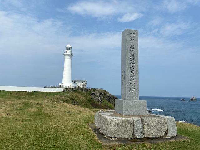 「本州最涯地尻屋崎灯台」の碑と尻屋崎灯台