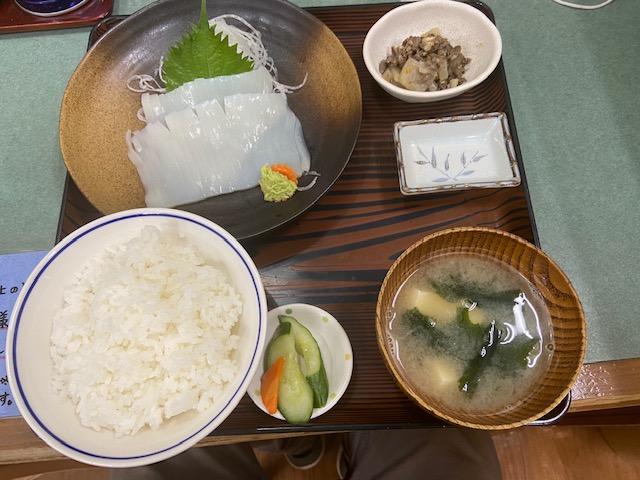 飲食スペースで本日おすすめのイカ刺し定食を食べる