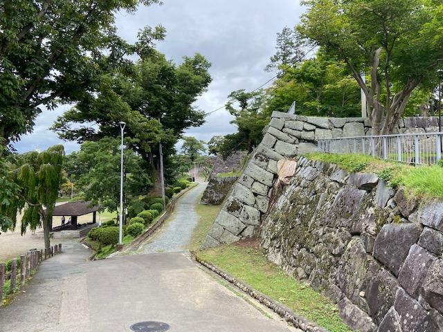 立派な石垣が残っている城跡です