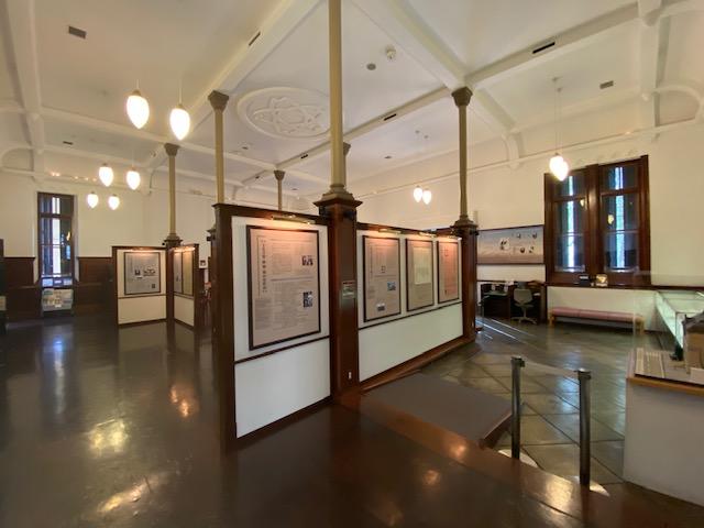 室内はこんな落ち着いた雰囲気の中に展示や喫茶があります