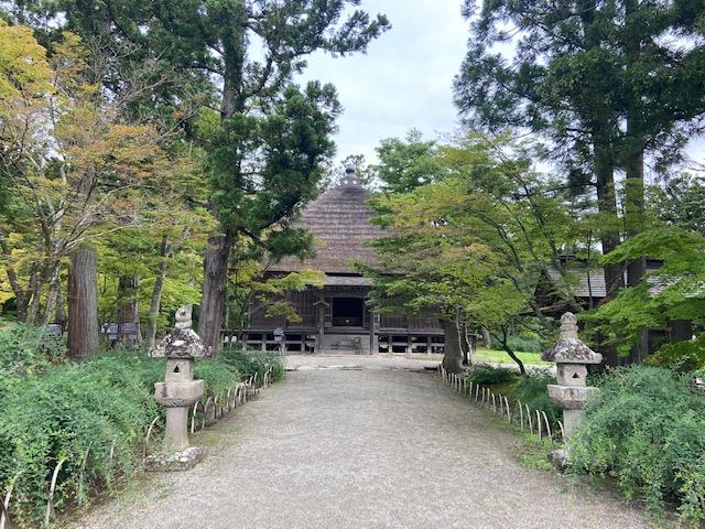 建物は少しありますが吾朝無双と呼ばれた毛越寺庭園の背景となる当時の建物はありません