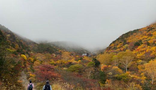 紅葉の安達太良山でメスティンで弁当を食べる