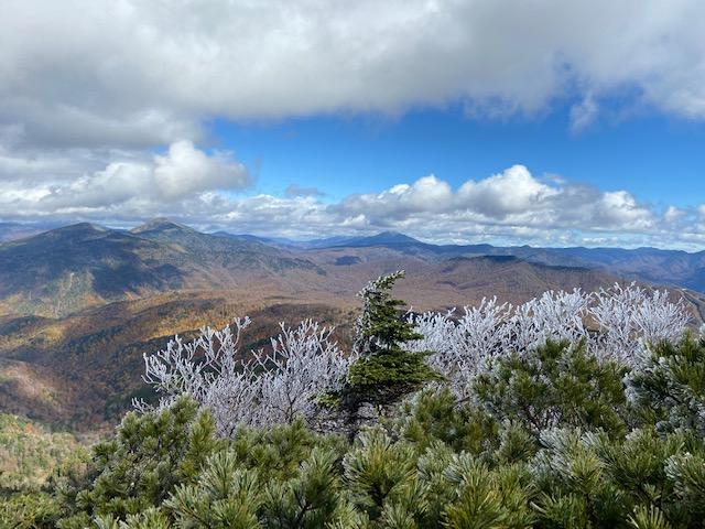鎖場を登るとそこには霧氷と下に広がる紅葉と高い山の冠雪と絶景でした