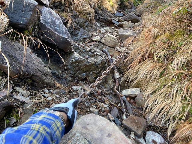 鎖場の鎖が冷たくて素手では持てません、6年くらい前にいただいた手袋を使って登ります、頂いてばかりですです