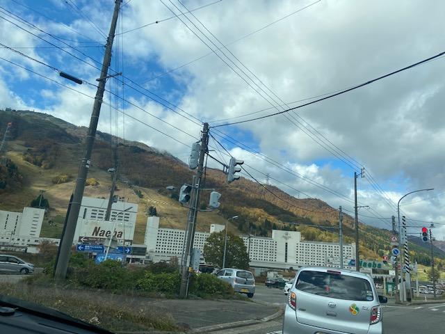 新潟県側も紅葉が見ごろ、スキー場入口は駐車場に入る車で渋滞です