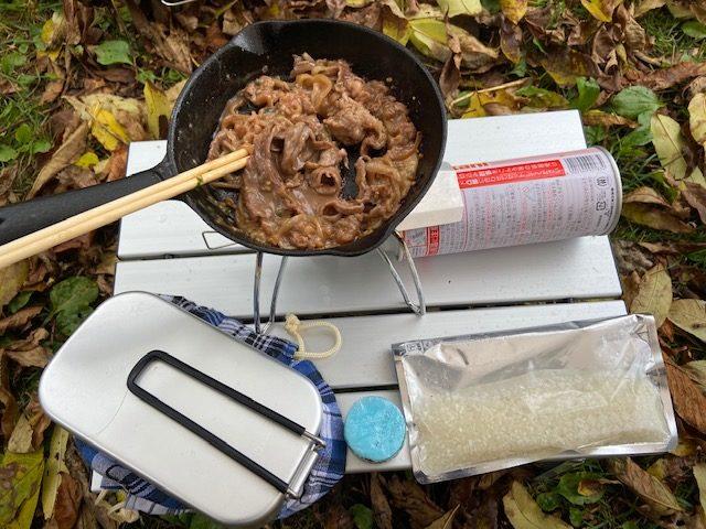 尾瀬で食べる弁当をつきります、焼肉とジップロックで米を浸水します