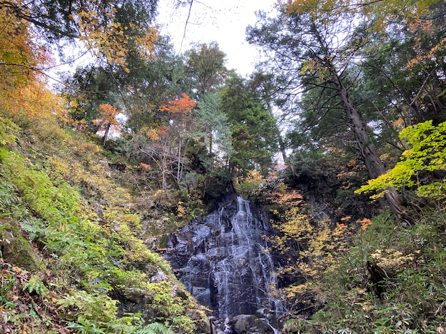 さらに登ると抱返しの滝、アイフォンでも水がきれいに見えます