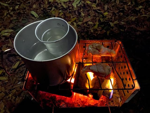 酒の燗をしながらつまみの鳥のもも肉を焼きます