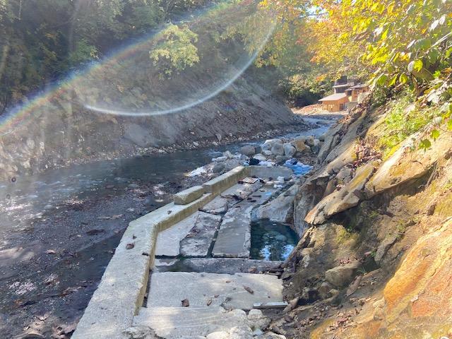 川沿いの共同浴場が復活してました