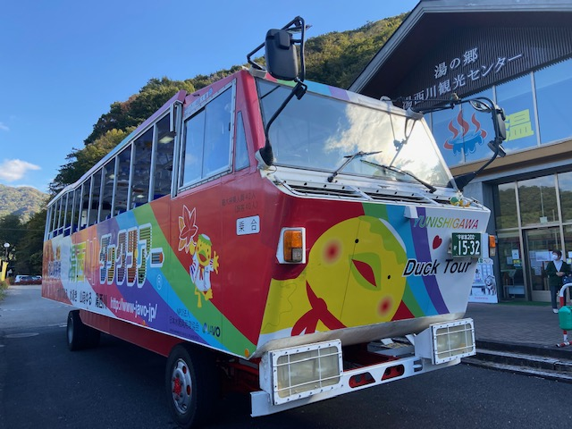 前は普通のバスとはちょっと違います、1億円の車です