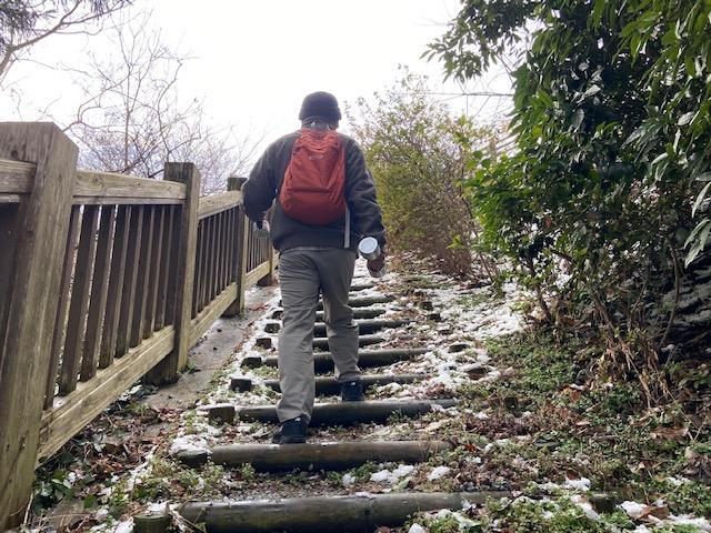 5キロのダンベルを持って階段を登る