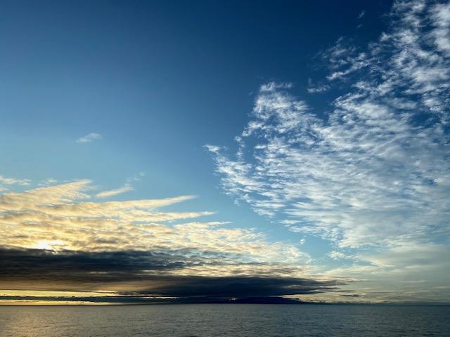 フェリーで山形県沖を通過、真黒な雲の下が氾濫した最上川です