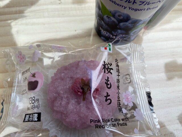 今日の朝食は桜もちとヨーグルト