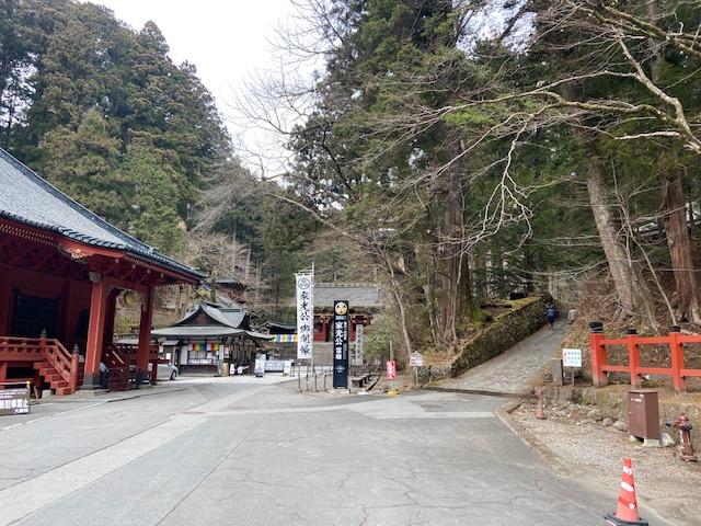 二荒山神社の鳥居を出てこの道が瀧尾神社に通じている様です