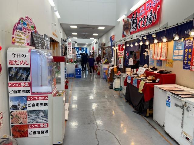 1階と2階に海鮮の店が並んでます