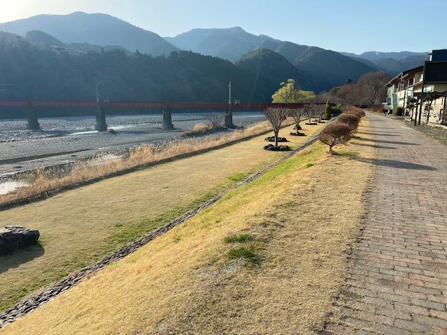 大井川沿いの遊歩道でトレーニング