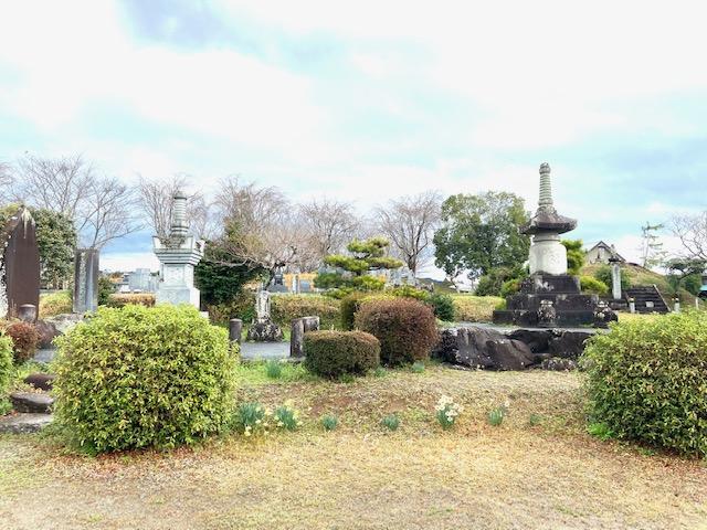 資料館横の合戦の戦死者を弔う「信玄塚」は今でも手入れされ花が手向けられてました