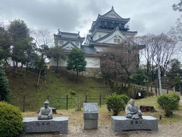 岡崎城ではここが撮影スポットです、家康と竹千代
