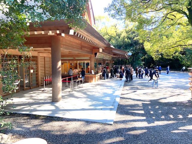 授与所には行列ができてます、御朱印は金額が決まっておらずお気持ちでで千円札が目立ちます