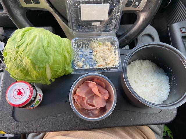朝食はレタス、おから、ベーコン、ご飯ですよ