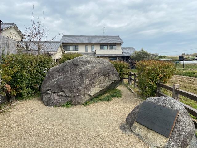 亀石(河原寺の4隅の目印と言われてるらしい)